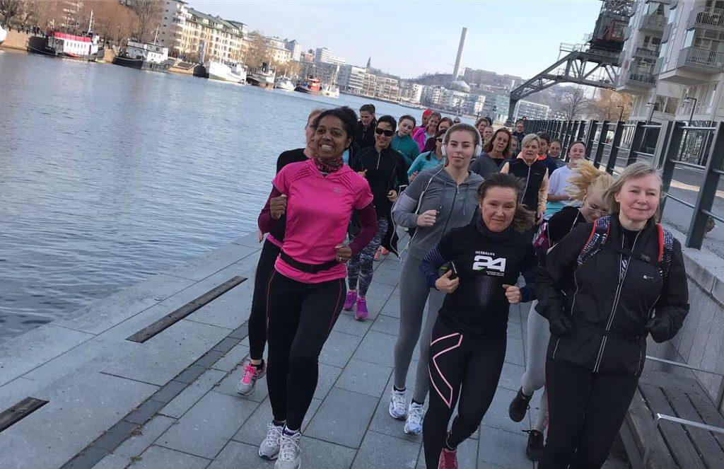 Löpning längs med vattnet i Hammarby Sjöstad.