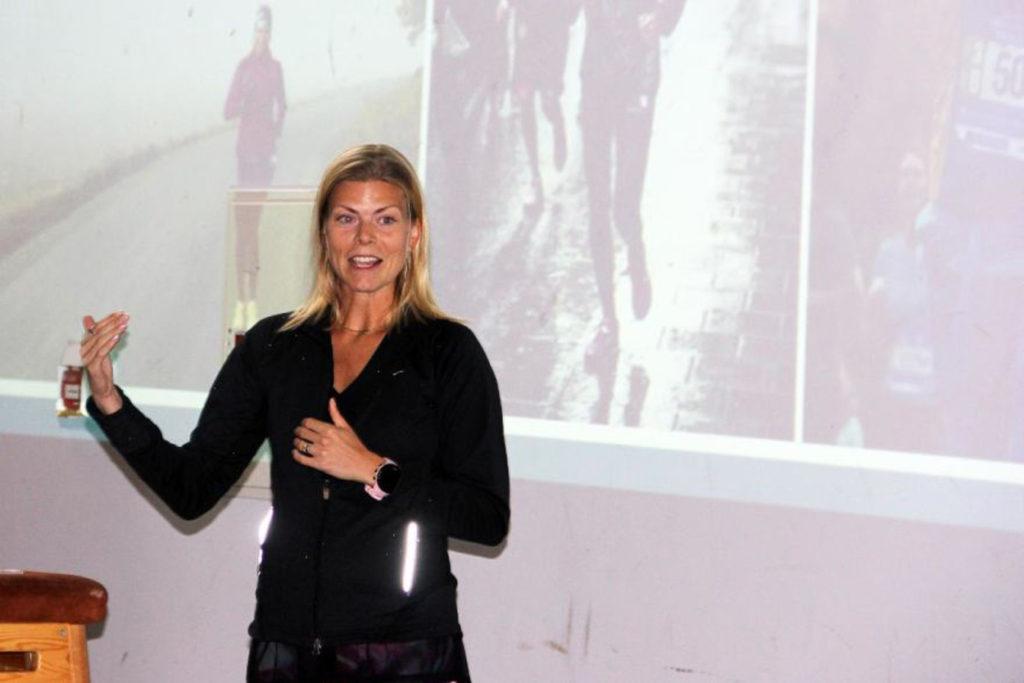 Mitt i min föreläsning om hälsa och ohälsa. Foto: Tranås Gymnastiksällskap.