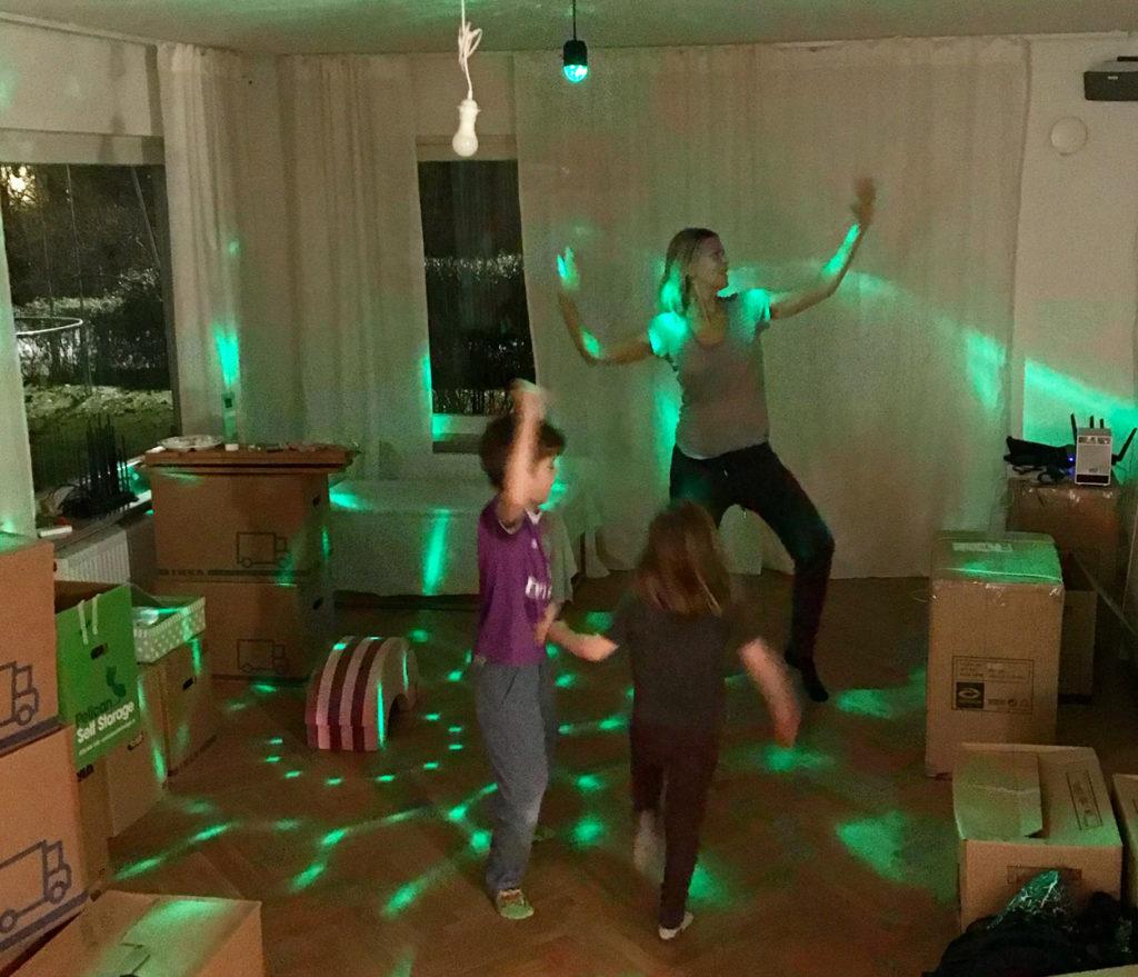 Dans i vardagsrummet innan några möbler kommit på plats.