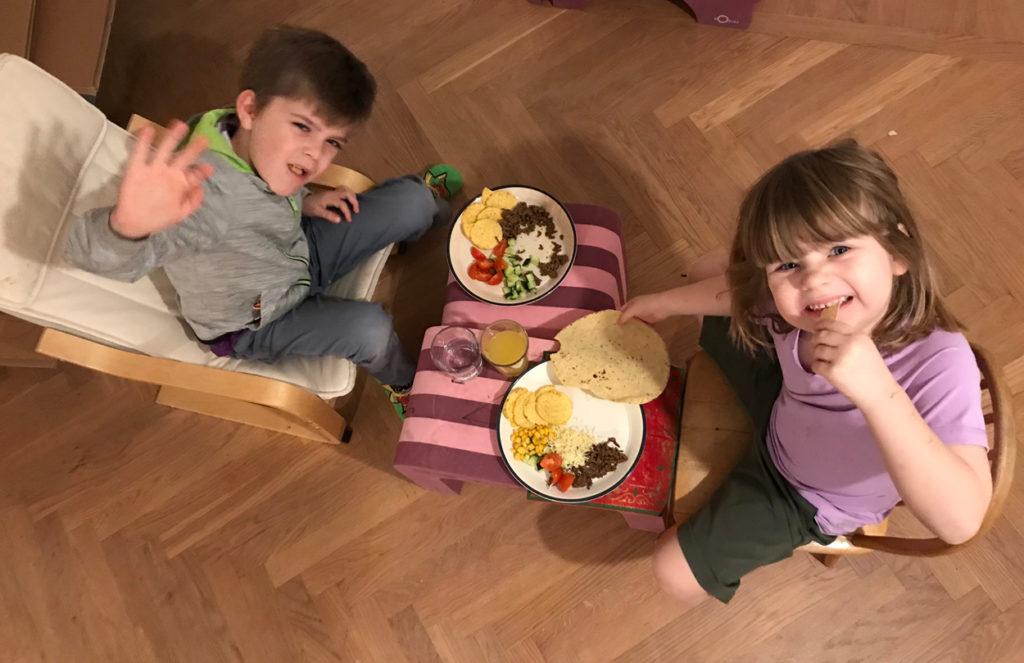 Temporärt matbord med fredagsmys-tacos.
