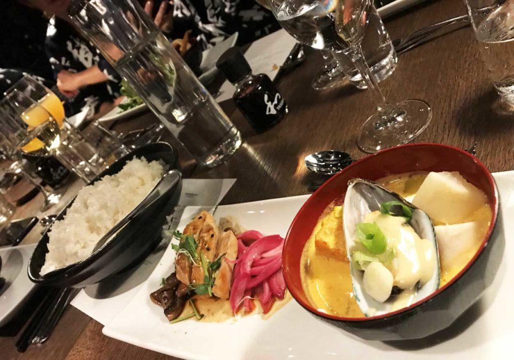 Goda smårätter serverades, här fiskgryta samt kyckling med svamp.